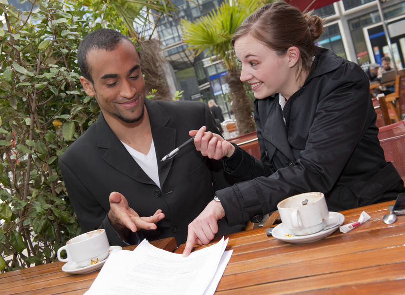 Signer le contrat au restaurant